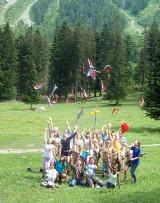 Couverture du livre du 100e - Troupe de filles BS lançant leurs foulards en l'air